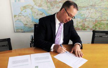 Han Weber ondertekent Green Deal Top Surf (bron: Provincie Zuid-Holland)