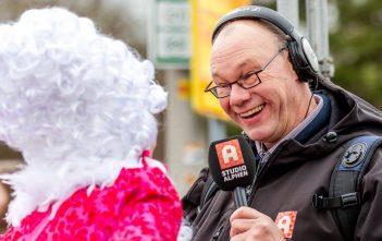 Studio Alphen Hans van den Akker doet live radioverslag tijdens carnavalsoptocht in Boskoop. (bron: Alphenphoto.nl)